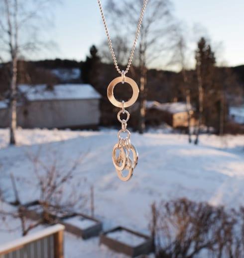 silverhalsband med ringar hängande utomhus på vintern