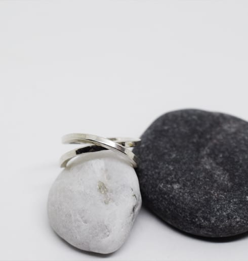 silverring på stenar