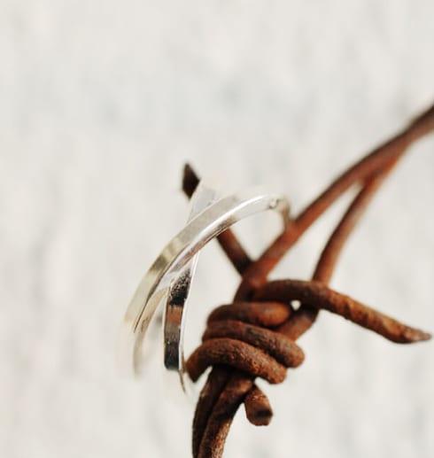 silverring på rostig taggtråd