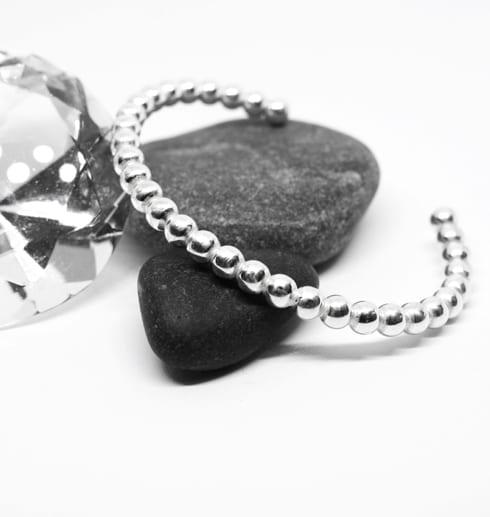 kultrådsarmaband mot grå stenar och diamant