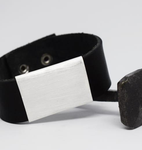 läderarmband med silverbricka på järnspik