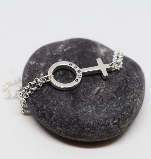armabnd i silver med girlpower- symbolen på grå sten