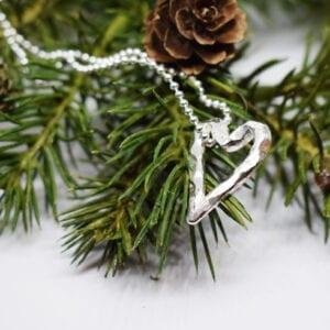 silverhjärta i kedja på grankvist