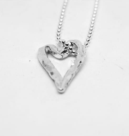 silverhjärta på vit bakgrund