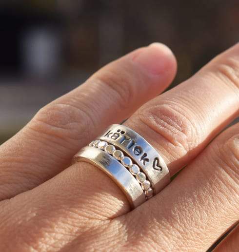 treippelring i silver på finger