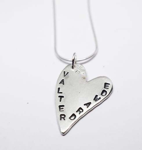 silverhjärta med namn på vit bakgrund