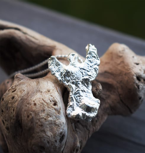 ängel i silver på trädgren utomhus
