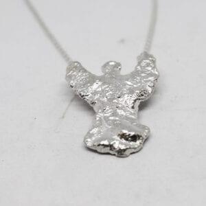 ängel i silver på vit bakgrund