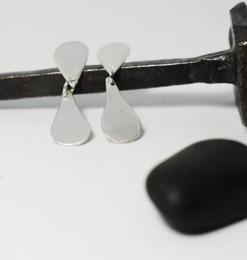 silverörhängen på järnspik med svart sten och vit botten