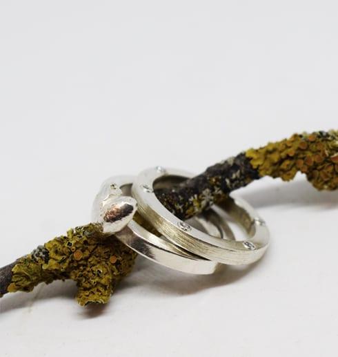 silverringar med hjärta på gren