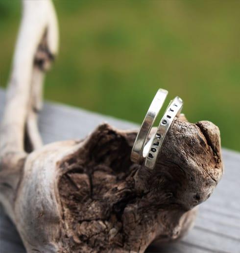 silverring på trädgren utomhus
