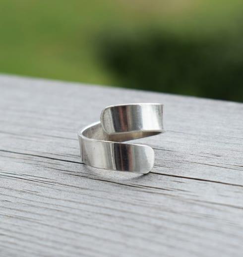 silverring på trä utomhus
