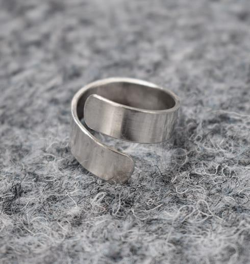 silverring på grå botten