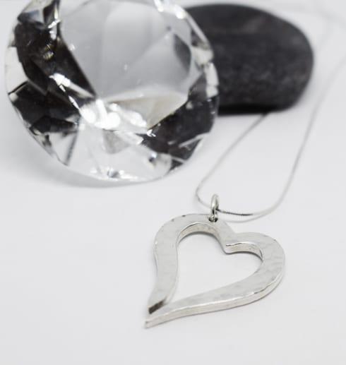 hamrat silverhjärta på vit bakgrund ,ed sten och diamant bakom