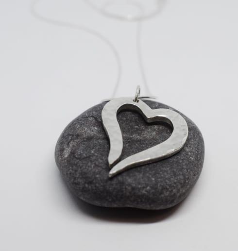 hamrat silverhjärta på grå sten
