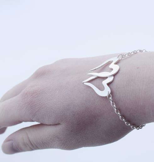 två hjärtan i kedja som armband på handled