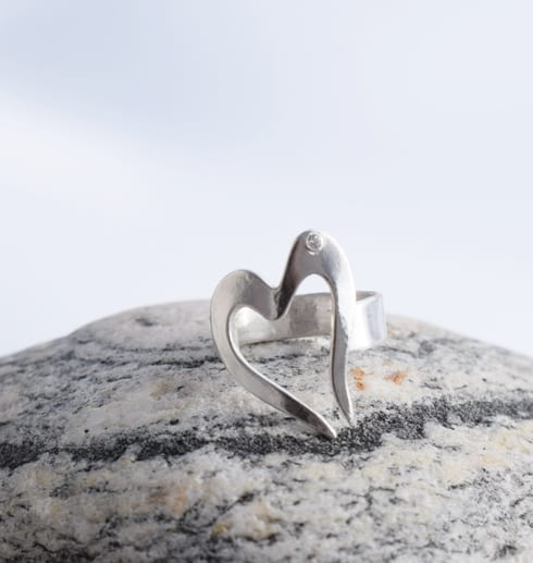 hjärtformad silverring på sten utomhus