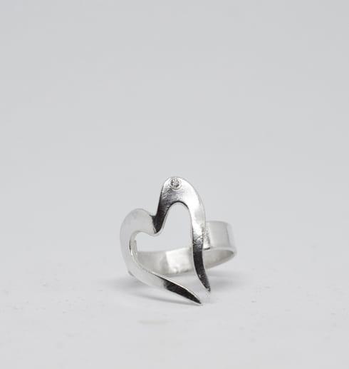 hjärtformad silverring på vit bakgrund