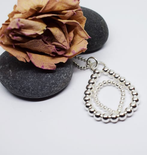 silversmycke i kultråd med stenar och ros