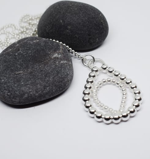 silversmycke med grå stenar