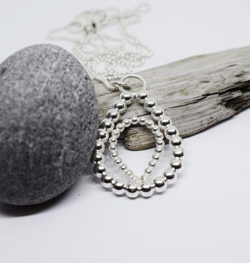 silversmycke i kultråd mot träbit och stenar