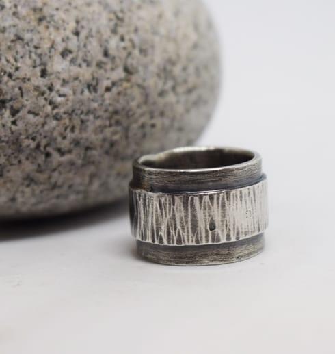 Bred silverring med amring och svartoxidering med grå sten