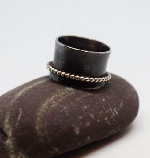 svartoxiderar ring med silvring kultrådsring på lila sten