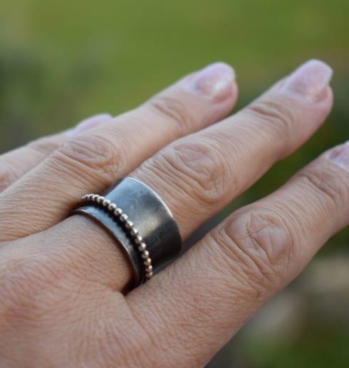 svartoxiderad silverring på finger