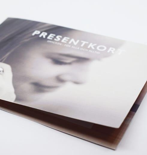presentkort med bild på flicka på vit botten