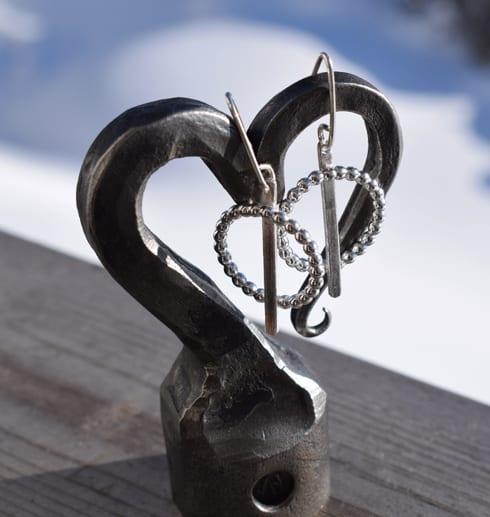 silverörhängen på järnhjärta utomhus