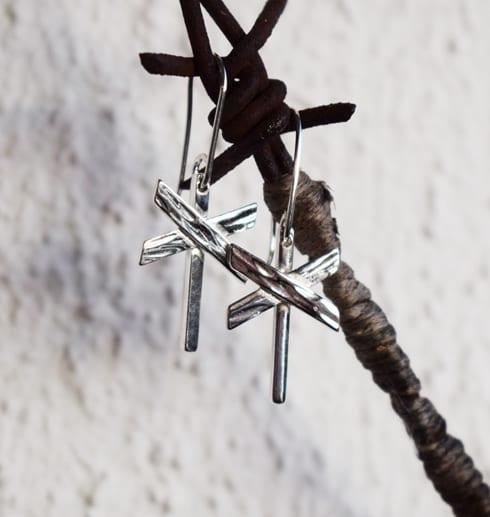 ledkryssörhängen i silver hängande på taggtrådshängare utomhus
