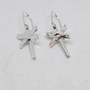 ledkryssörhängen i silver på vit bakgrund