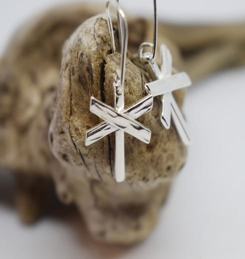 ledkryssörhängen i silver på trädgren
