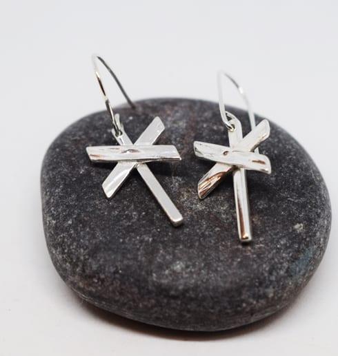 ledkryssörhängen i silver på mörkgrå sten