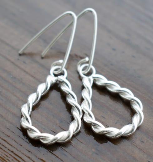 örhängen i tvinnad silvertråd