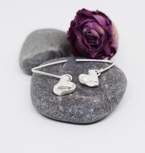 silverörhängen i form av hjärtan med sten och lila ros