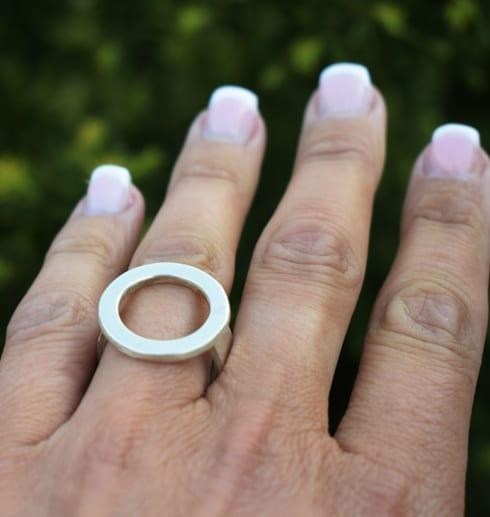 silverring på finger