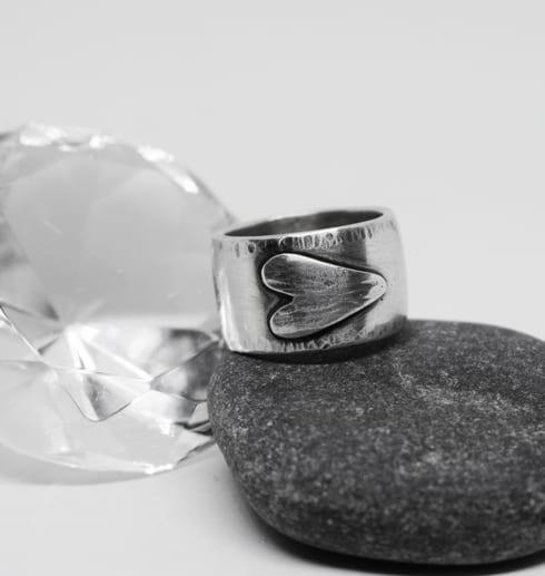silverring med liggande hjärta på sten med diamant