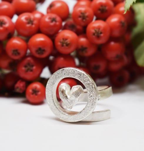 silverring med rönnbär i bakgrunden