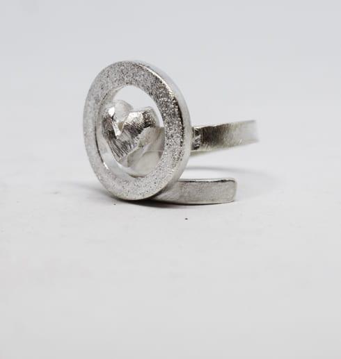silverring med ring och hjärta på vit bakgrund