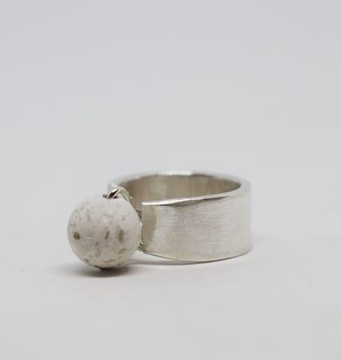 silverring med kula i marmor på vit bakgrund