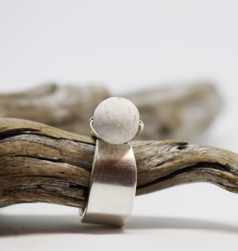 silverring med kula i marmor på trädgren