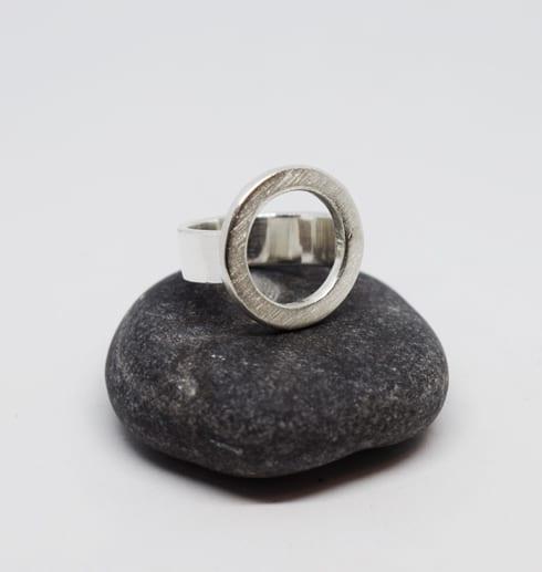 silverring på mörkgrå sten