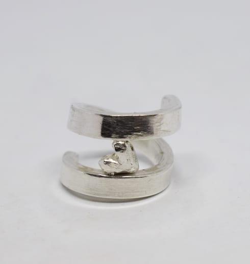 silverring med hjärta på vit bakgrund
