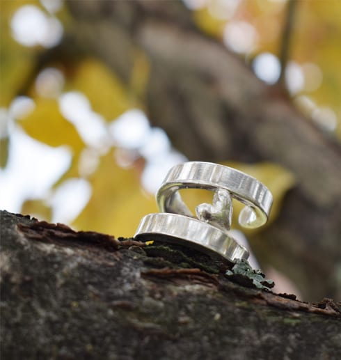 silverring med hjärta i träd utomhus