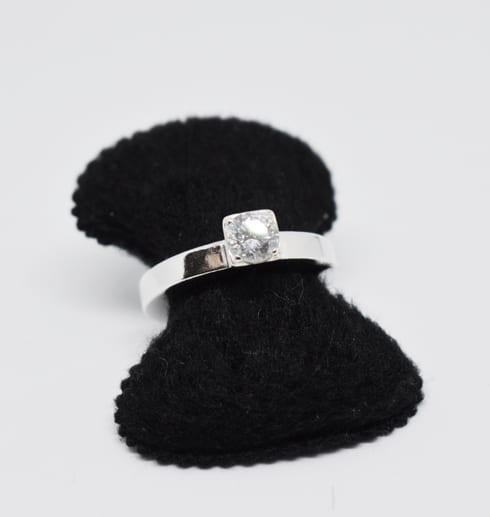 vacker silverring med stor sten å svart sammetshållare och vit bakgrund