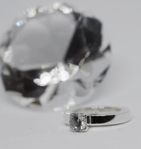silverring medstor diamant i bakgrunden och vit botten