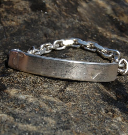 silverarmband mot sten utomhus