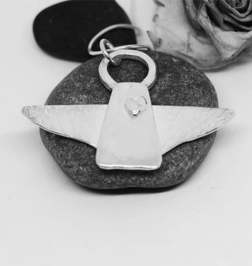 silverängel på grå stenar