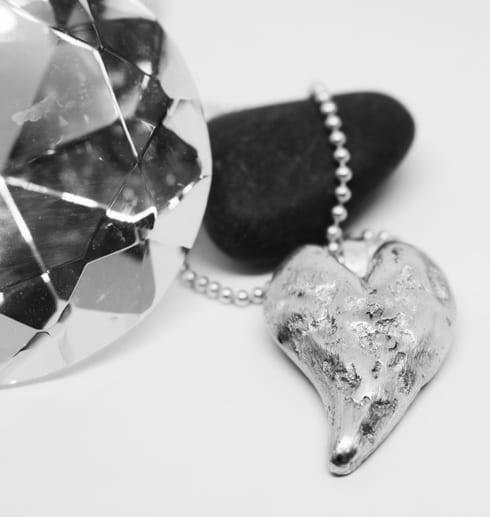 silverhjärta i kedja med sten och diamant